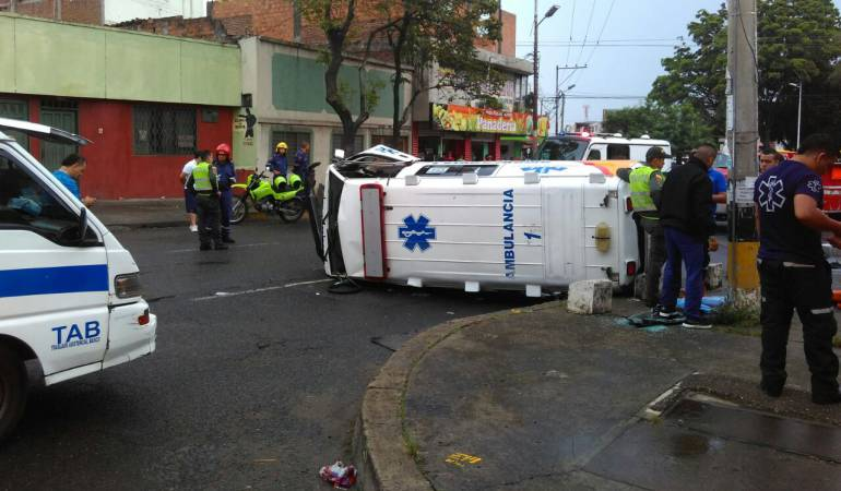 Accidente ambulancia: Dos heridos tras volcamiento de ambulancia