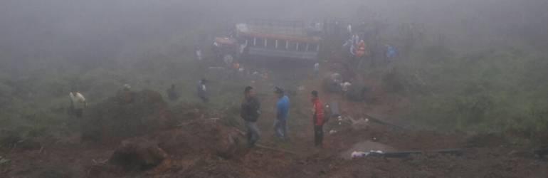 noticas; información; accidente; bus escalera; emergencia: Organismos de socorro atienden accidente de bus escalera en el norte de Caldas