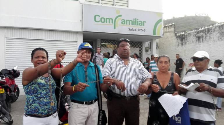 Usuarios de Comfamiliar Cartagena se encadenaron a la puerta de la EPS: Usuarios de Comfamiliar Cartagena se encadenaron a la puerta de la EPS