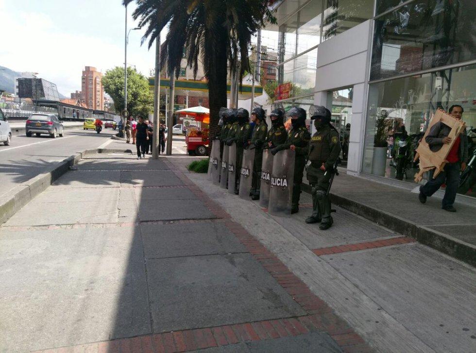 Los estudiantes aseguran que su manifestación es debido a que van en contra del alza  del pasaje de Transmilenio y el Sitp.