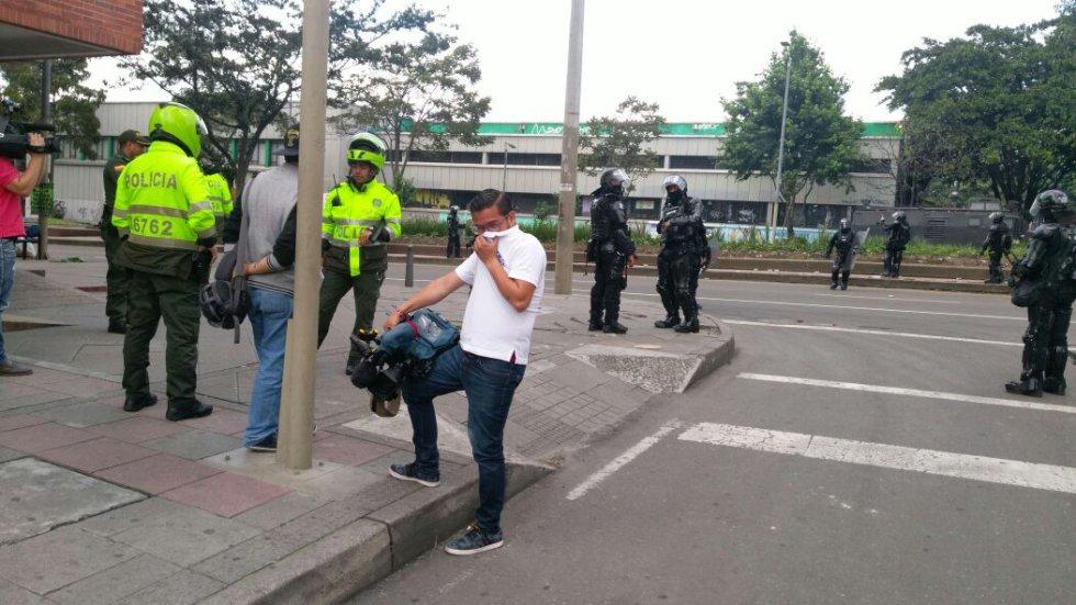 Transeúntes y miembros de la prensa también fueron afectados por los gases lacrimógenos.