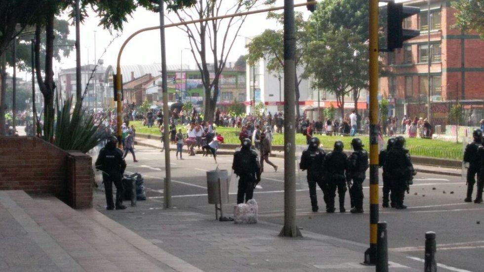 En un primer momento, los estudiantes se refugiaron al interior de la universidad, y sus acciones eran respondidas desde las afueras por el Esmad, después, los estudiantes salieron a la calle 72 donde se enfrentaron con el ESMAD.