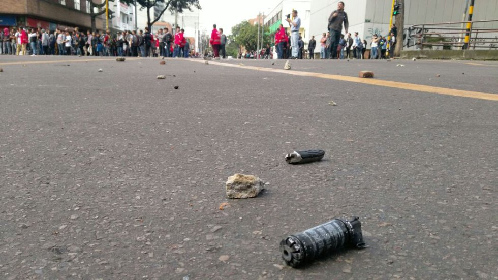 La calzada de la calle 72 quedó cubierta de piedras de los manifestantes y capsulas de gases lacrimógenos de los miembros del ESMAD