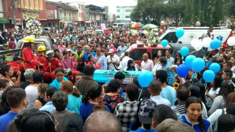 Muere integrante del Grupo Bandola: Multitudinaria despedida a Julián Gil, del Grupo Bandola, que murió en un accidente de tránsito
