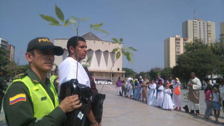 La Policía entregó 300 árboles para celebrar la Semana Santa en armonía con la naturaleza.
