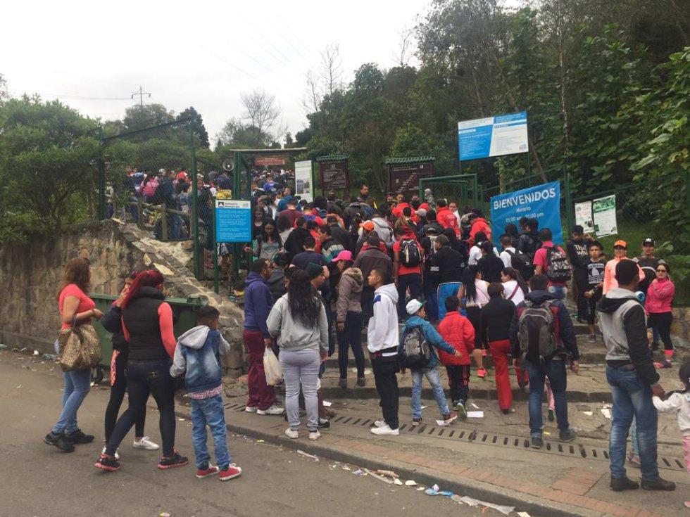 Turistas y bogotanos aprovechan la reabertura del sendero peatonal para visitar el Cerro de Monserrate, un lugar representativo de la religión y de Bogotá.