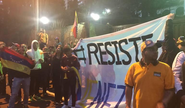 Banderas venezolanas invertidas también se izaron en Bogotá en respaldo a las protestas registradas en las calles de ese país