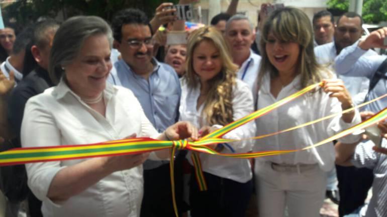 Clara López corta la cinta que simboliza la inauguración de la nueva sede del Ministerio de Trabajo en Barranquilla