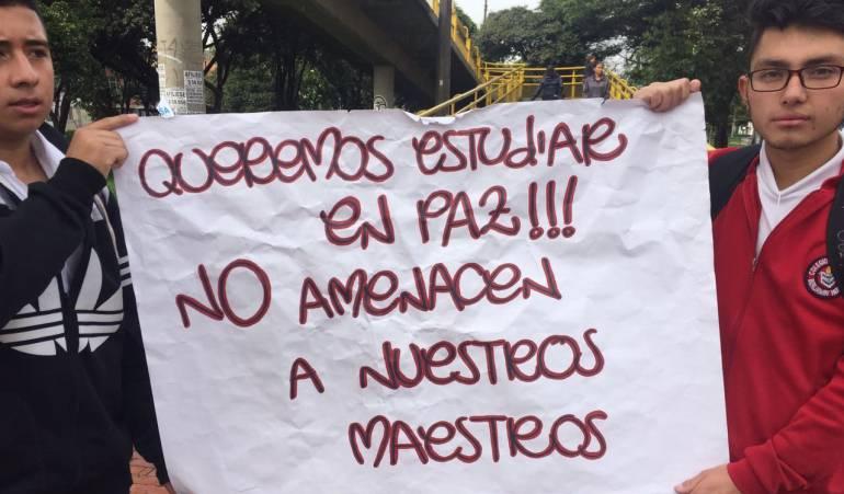 Estudiantes protestan en contra de las amenazas a profesores