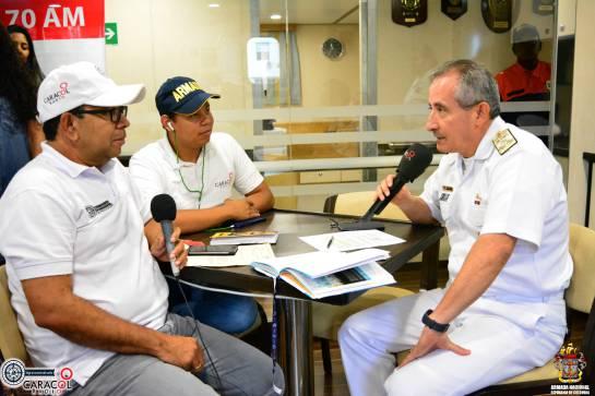 Momentos de la entrevista con el Vicealmirante Evelio Ramírez Gáfaro, comandante de la Fuerza Naval del Caribe.