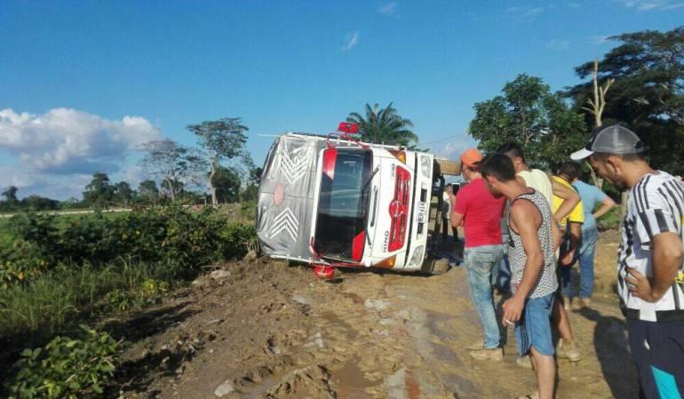 Camión que se volcó el la vía Puerto Santander - Agualasal Banco de Arena - Astilleros