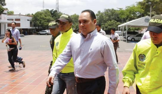 Julio Cesar Vélez González entregandose a la Policía de Cúcuta