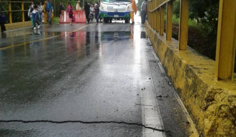 Puente averiado en la vía Guamo-Ortega