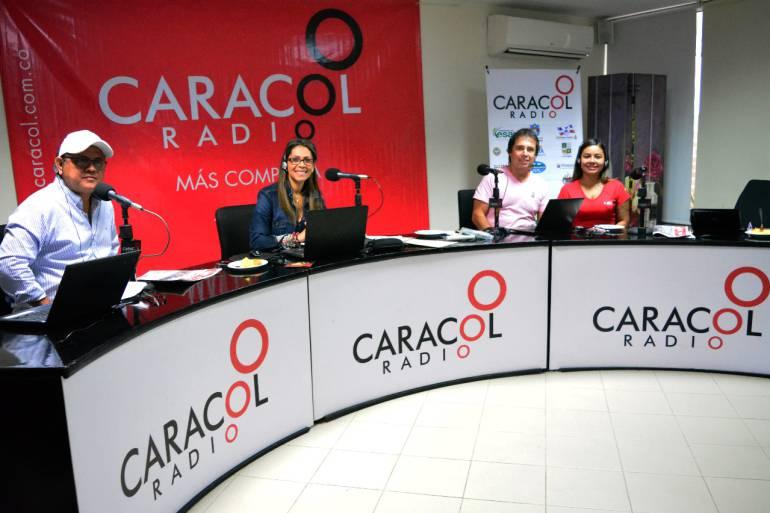 Érika Fontalvo y César Augusto Londoño del equipo '6AM Hoy poy Hoy' y Victor Polo y Erika Alvarado de Radio Galeón de Caracol Radio.