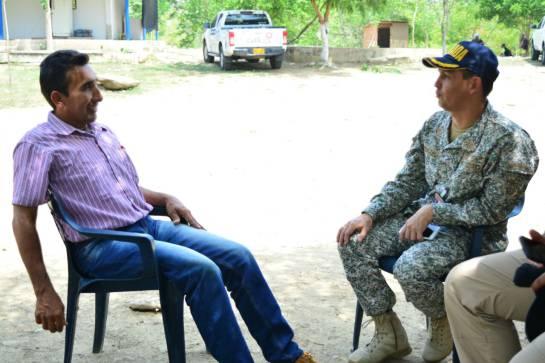 Luis Rafael conversa con los infantes de marina de la Armada Nacional, institución con la que se siente agradecido.