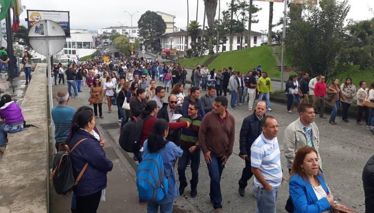 Mil 200 personas, entre docentes y líderes sindicales, colmaron las principales vías de Manizales.