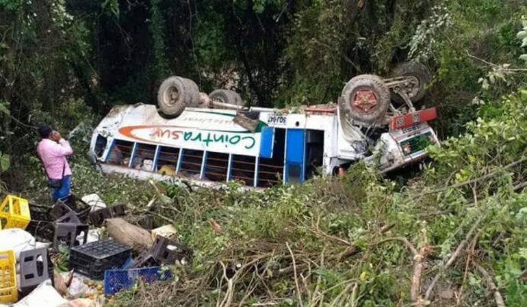 Bus rodó por un abismo en el sur del Tolima/Bomberos de Chaparral-Cortesía