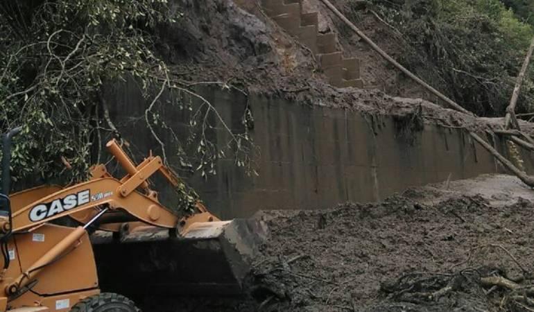 Maquinaria retirando el derrumbe en Cajamarca, Tolima