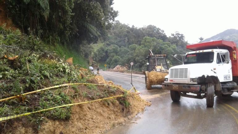 Deslizamientos de tierra tienen sin vías que comuniquen al Eje Cafetero y Valle del Cauca con bogotá.