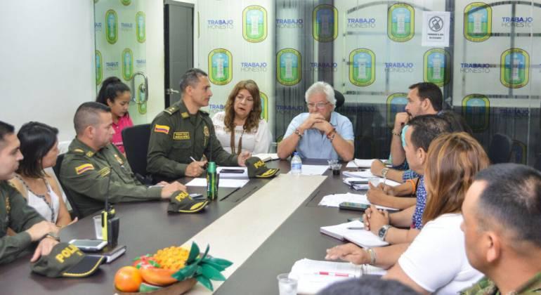 Joao Herrera (en la cabecera de la mesa, acodado), alcalde de Soledad.