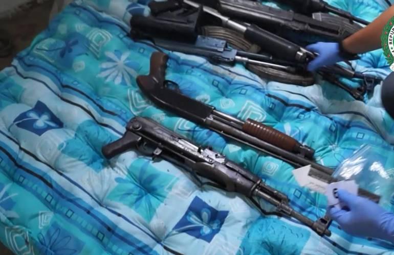 MEDELLIN COLCHONES VIEJOS ARMAMENTO: En Medellín descubren e incautan armas de fuego envueltas en colchones viejos