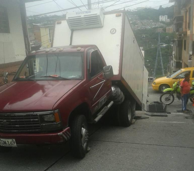 Así quedó el camión que transportaba cerdos y carnicos en Villamaría.