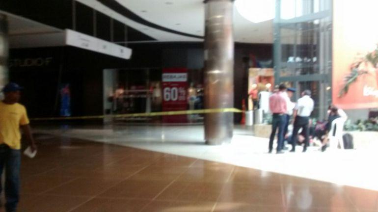 Cae techo en el centro comercial Viva: Cayó techo de un local en centro comercial en Barranquilla