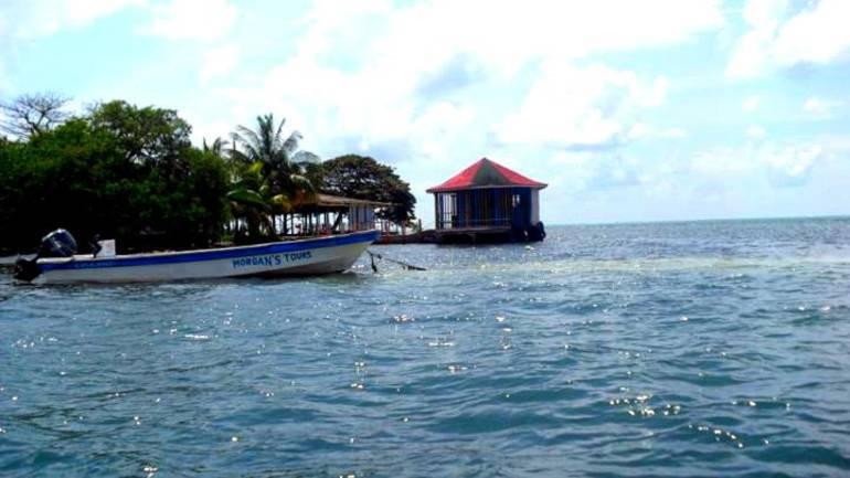 Naufragio: Armada rescató a 34 personas luego de volcarse una lancha en San Andrés