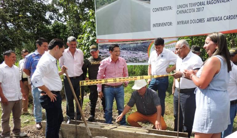 Gobernador da inicio a pavimentación de la vía Ragonvalia ... - Caracol Radio