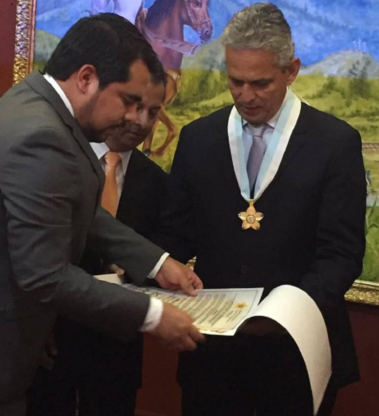 Condecorado Reinaldo Rueda en la Asamblea del Valle: Reinaldo Rueda con la Medalla de la Orden de la Independencia Vallecaucana, en el grado de 'Comendador'