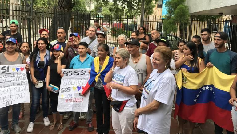 El cierre de la jornada en Santa Marta fue con la entonación del himno a Venezuela. /FOTO CARACOL RADIO