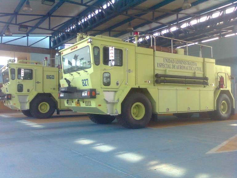 Estas son las maquinas de bomberos aeronáuticos que trabajan en el aeropuerto Simón Bolívar, una de ella se encuentra dañada hace varios días.
