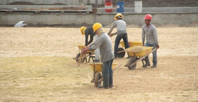 Trabajos de siembra de la gramilla en nuevo estadio de fútbol en Santa Marta. /FOTO ALCALDÍA