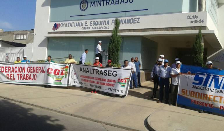 Protesta de escoltas en la sede de Mintrabajo en Valledupar.