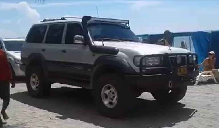 Polémica por carros circulando sobre playa de santa Marta: Circulación de dos vehículos en playa de Santa Marta genera polémica
