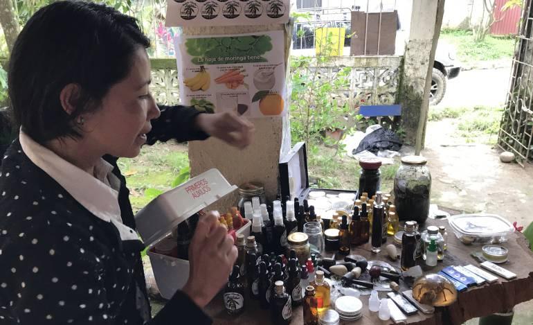 Iveth Viasus Parada, enseña los productos que vende, hechos a base de cannabis en Minca, Santa Marta. /FOTO CARACOL RADIO