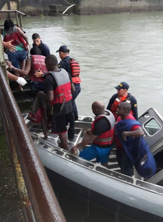 rescatan 10 náufragos en el pacífico: Armada rescata 10 náufragos en el pacífico