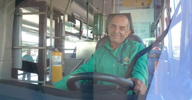 Un conductor de Megabus se encontró un millón de pesos y lo devolvió a su dueña