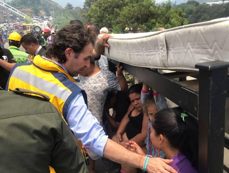 Siete máquinas de bomberos atienden incendio en el barrio Moravia de Medellín