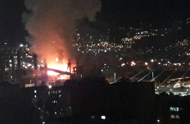 Bomberos de Envigado e Itagüí atienden incendio en Cristalería
