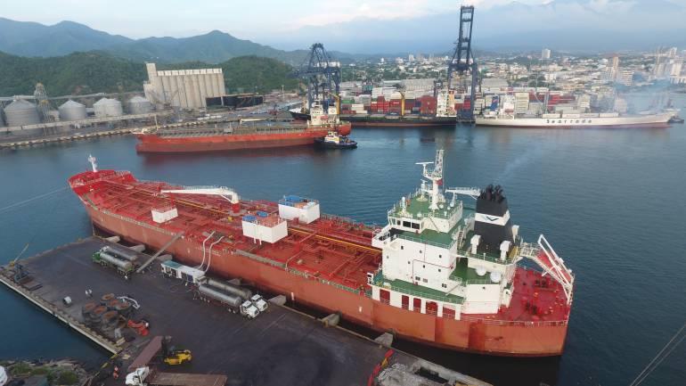 En la ciudad-puerto de Santa Marta se realizó histórico cargue simultáneo de dos buques con aceite de palma. /FOTO PUERTO SAMARIO