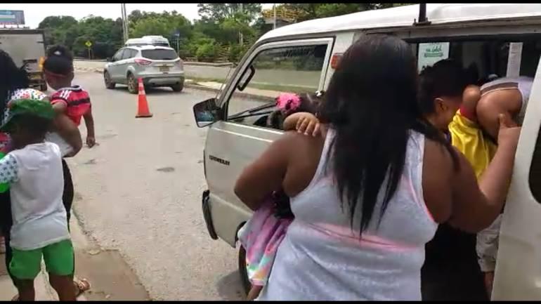 Sancionan conductores en Cartagena que transportaban menores en condiciones inseguras