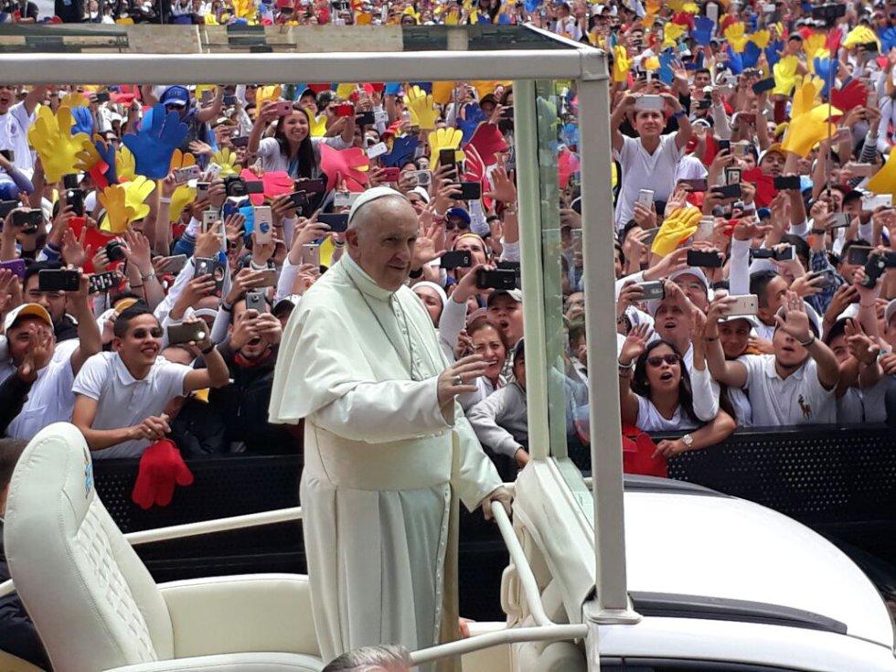 El sumo pontífice en el papamóvil
