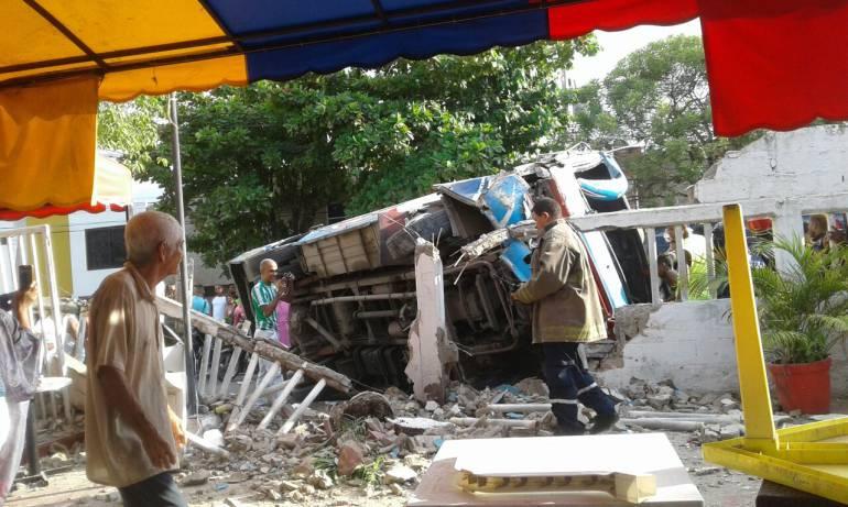 Buseta destruye paredes de urbanización en Cartagena: Buseta destruye paredes de urbanización en Cartagena