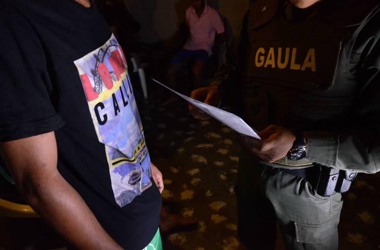 A prisión policías de Medellín que cobraron rescate por celular que robaron
