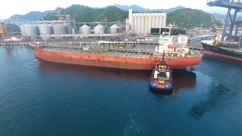 Dos buques tanqueros cargando aceite de palma, atracados en los muelles No. 4 y 6. /FOTO PUERTO SAMARIO