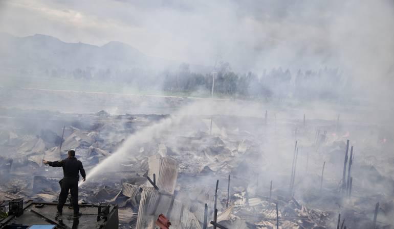 Incendio en Bosa: Bomberos tratan de controlar incendio en Bosa