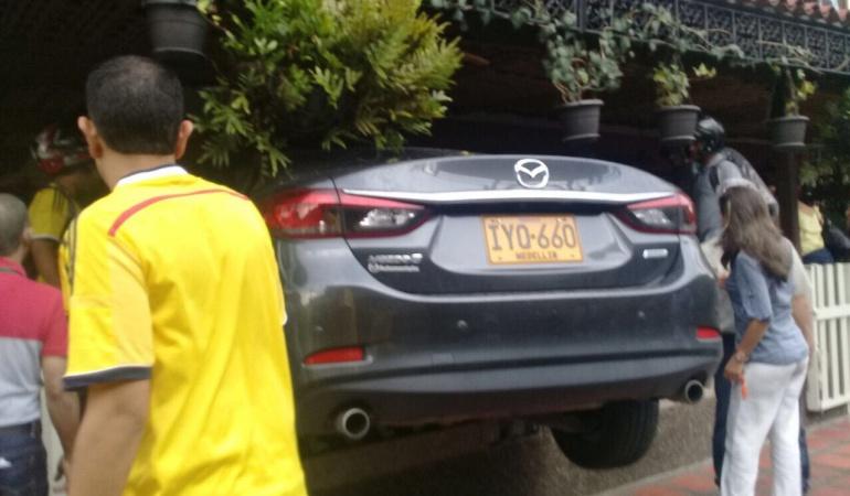 Accidente en Medellín: Conductor queda atrapado al colisionar vehículo contra un restaurante en Medellín