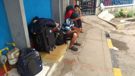 Un gran grupo de venezolanos duermen en la Terminal de Transporte de Barranquilla resguardándose del frío