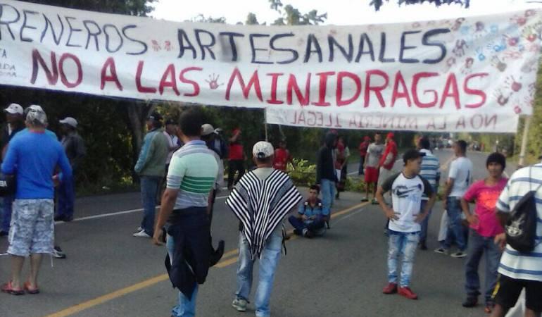 Areneros bloquean la vía entre Cerritos y La Virginia